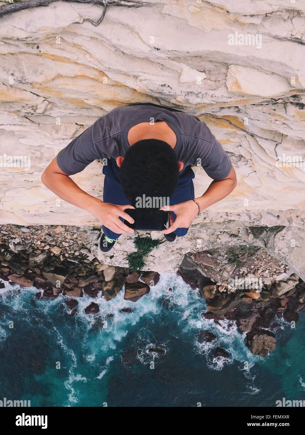 Un alto ángulo de visión del hombre fotografiando mar Imagen De Stock