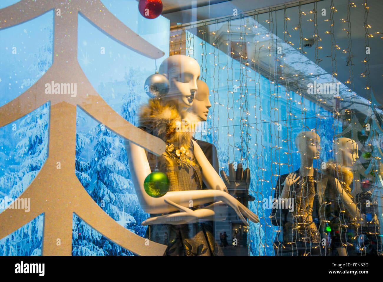 Maniquíes en un escaparate de Navidad. El Corte Ingles, Madrid, España. Imagen De Stock