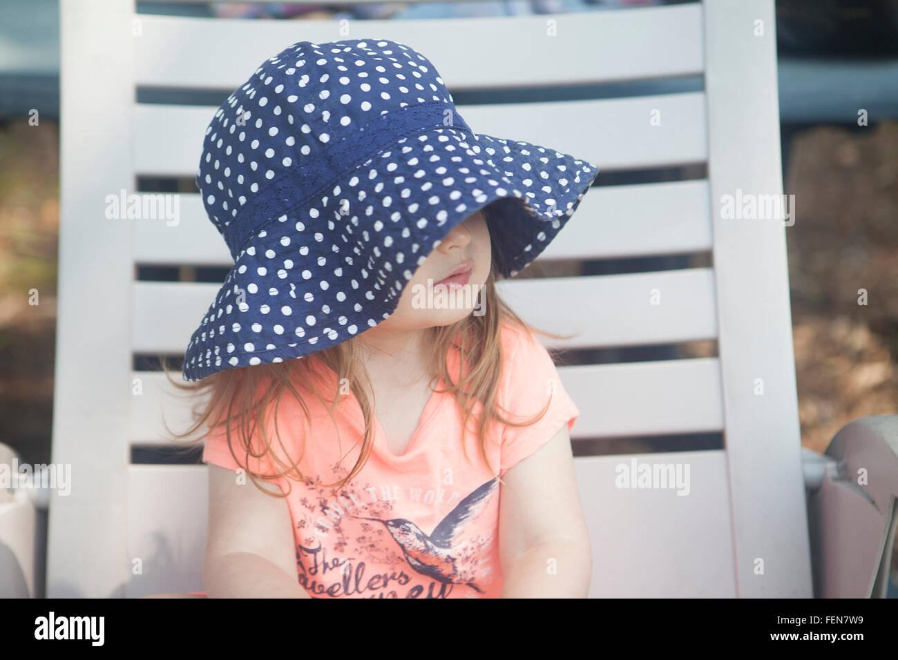 Chica sentada en la tumbona. Imagen De Stock