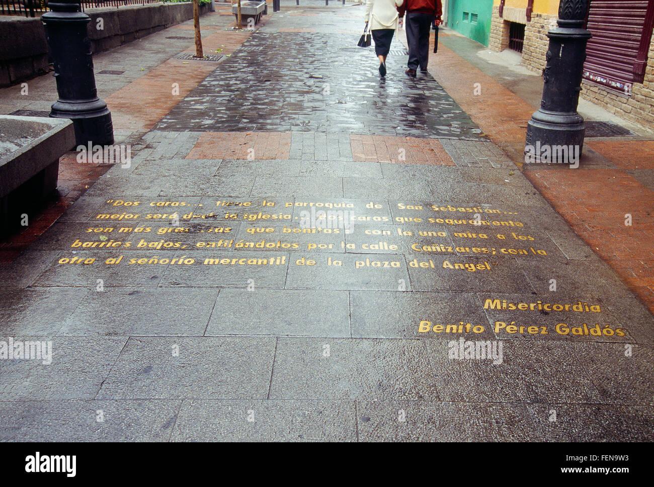 Texto literario en el pavimento. La calle Huertas, Madrid, España. Imagen De Stock