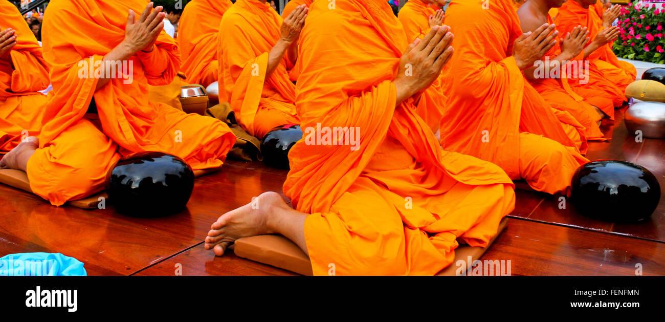 Bajo la sección de monjes orando con las manos juntas Imagen De Stock