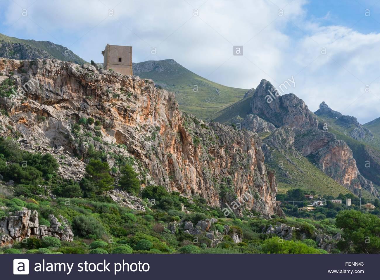 Vistas a la montaña elevada torre, Macari, San Vito Lo Capo, Sicilia, Italia Imagen De Stock