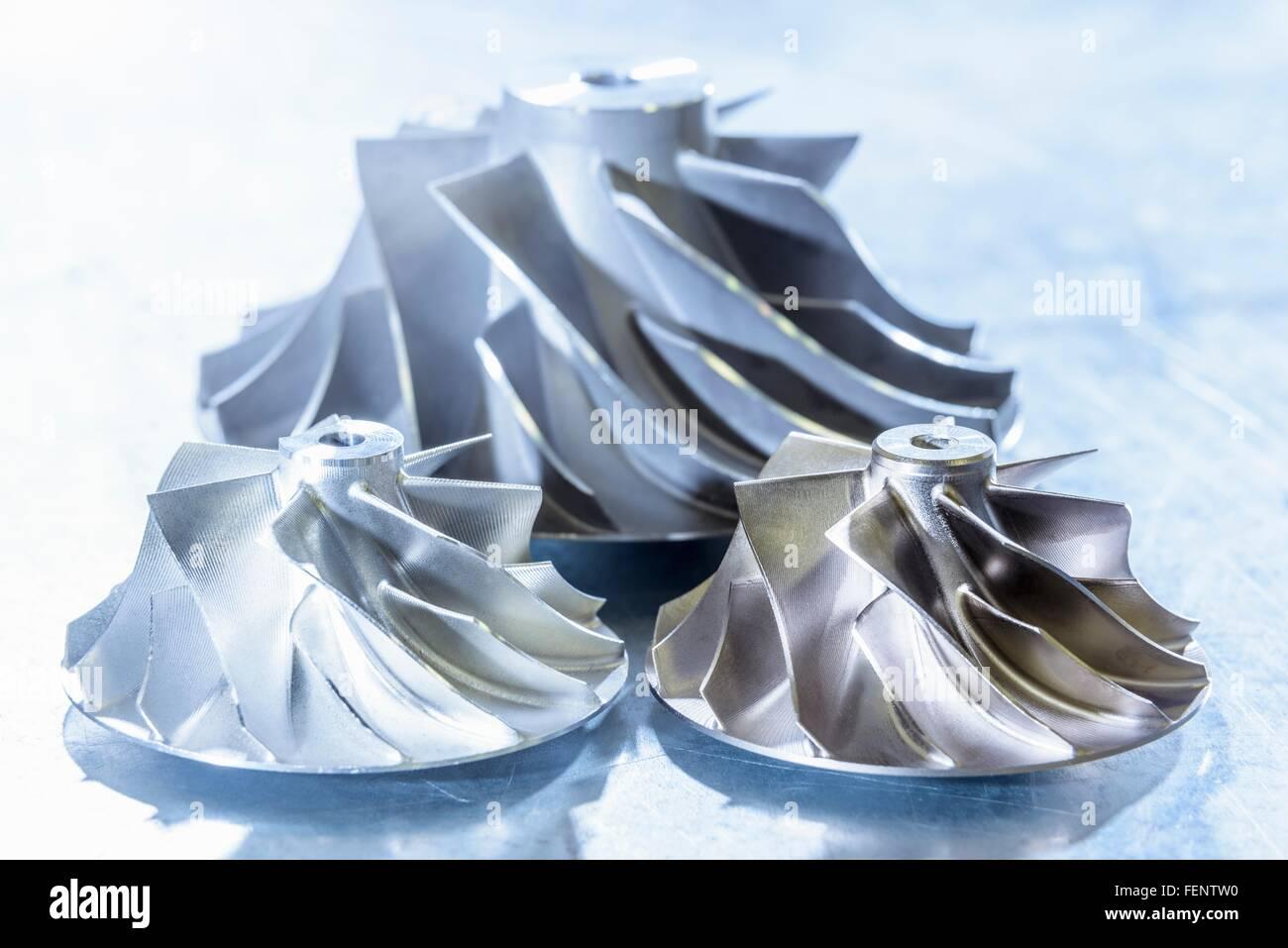 Cerca de las turbinas del turbocompresor en centro de investigación Foto de stock
