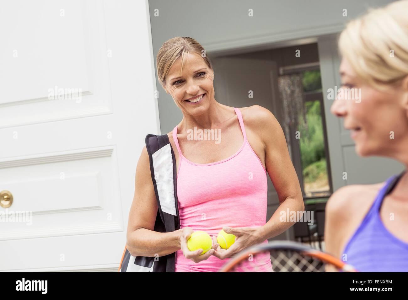 Dos mujeres maduras preparando para juego de tenis Imagen De Stock