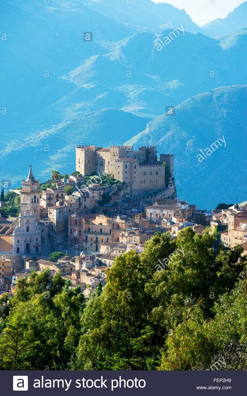 Vista elevada de Caccamo Castillo y montañas, Caccamo, Sicilia, Italia Imagen De Stock