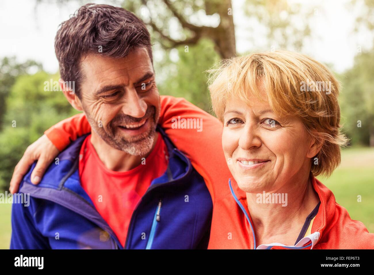 Par llevaba ropa deportiva al aire libre, sonriendo Imagen De Stock