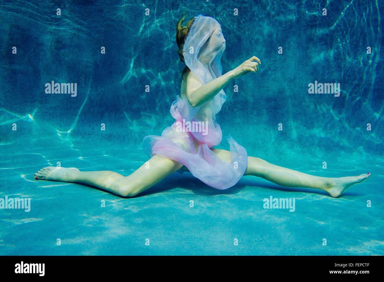 Las mujeres vestidas con tela de natación subacuática semi-desnudo Foto de stock