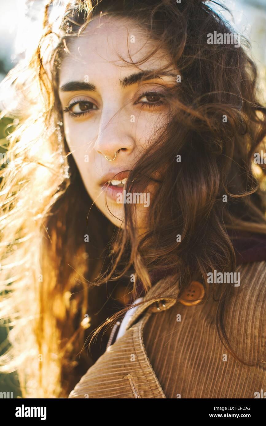 Retrato de mujer joven con cabello ondulado, close-up Imagen De Stock