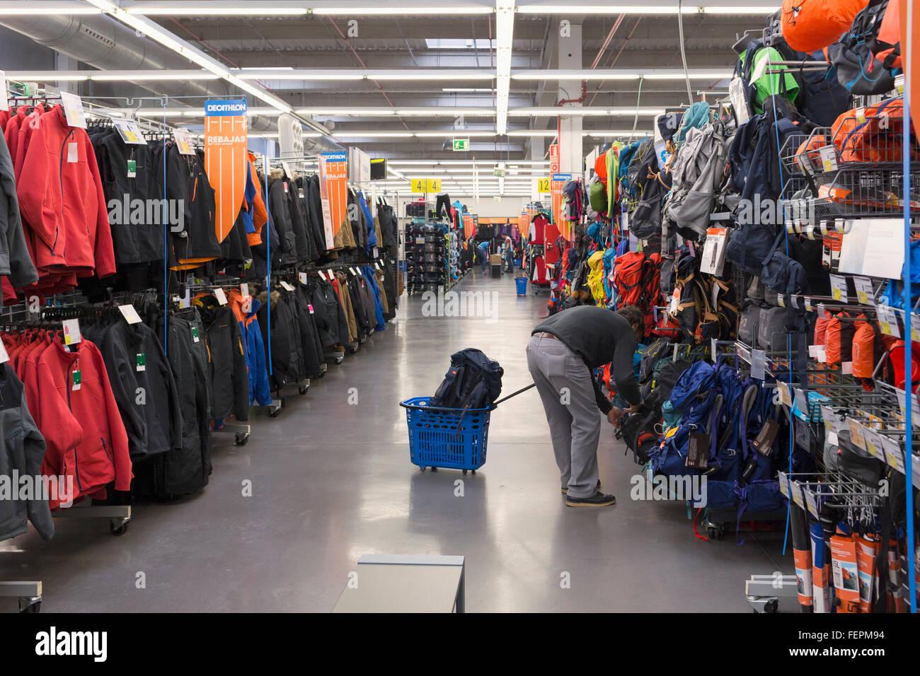 Málaga, Costa del Sol, Málaga, Andalucía, sur de España. Deportes y deportes Decathlon tienda Imagen De Stock