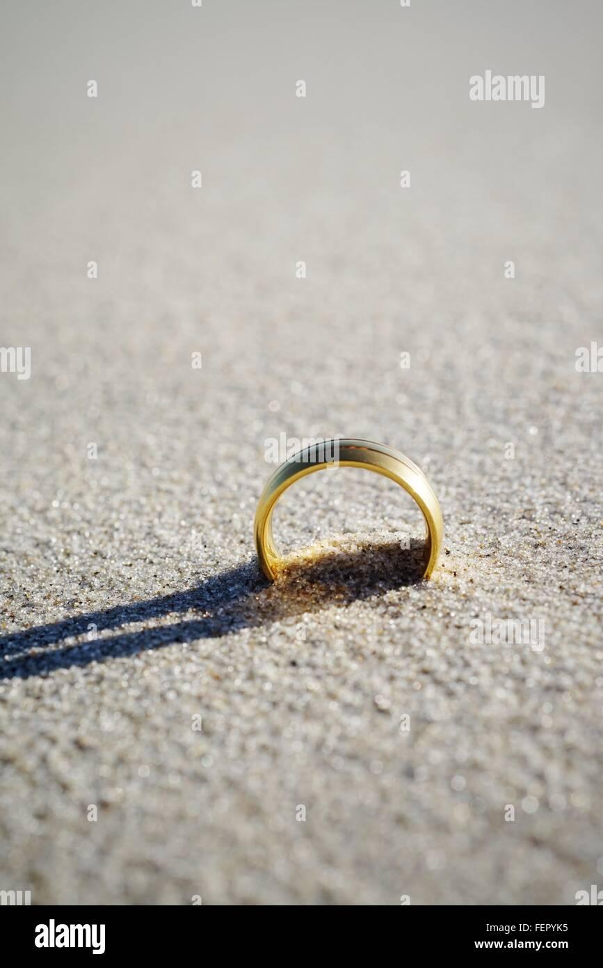 Primer plano del anillo de bodas en la playa Imagen De Stock