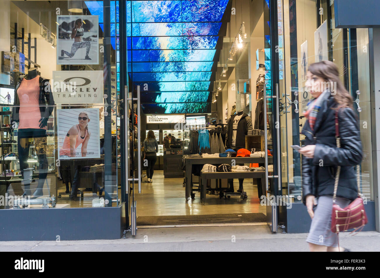 La tienda que vende Oakley gafas de sol y otras prendas deportivas en la  Quinta Avenida de Nueva York el jueves c1b94f55dcfb8