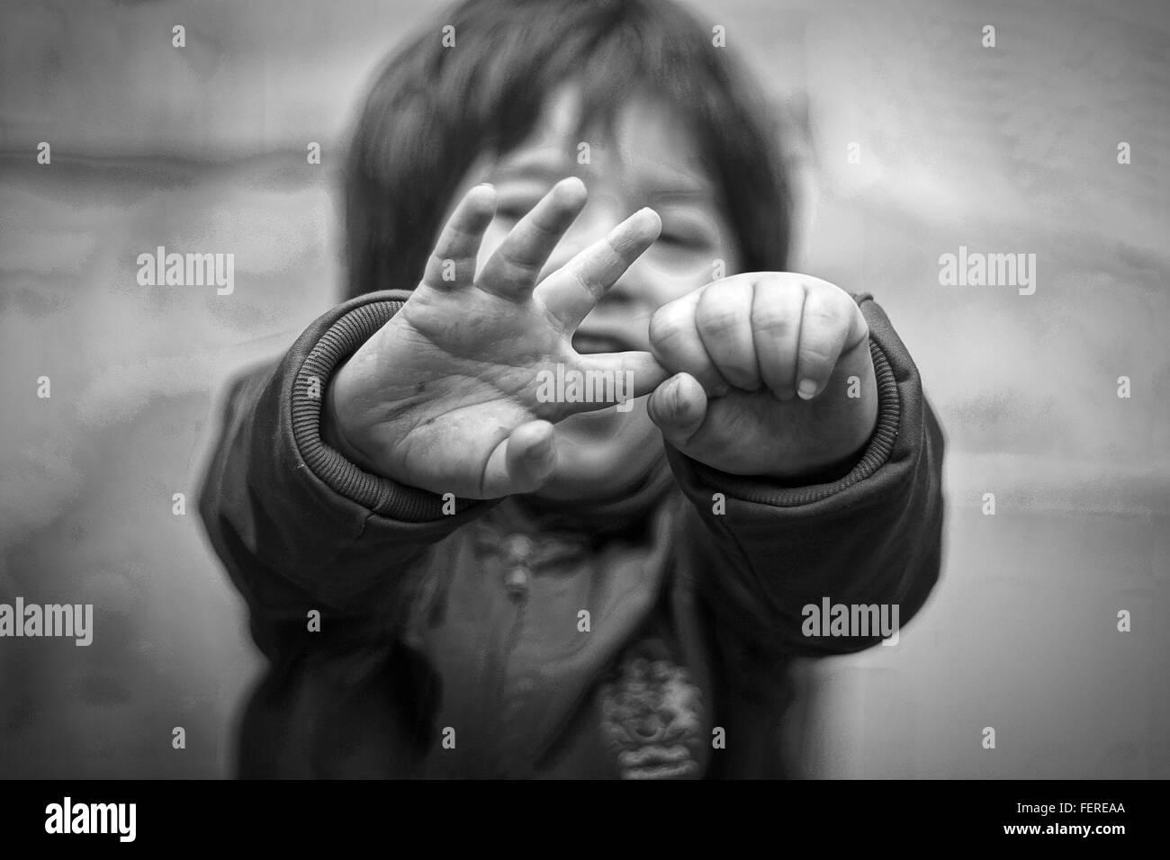 Un alto ángulo de visualización del bebé manteniendo el dedo en el exterior Imagen De Stock