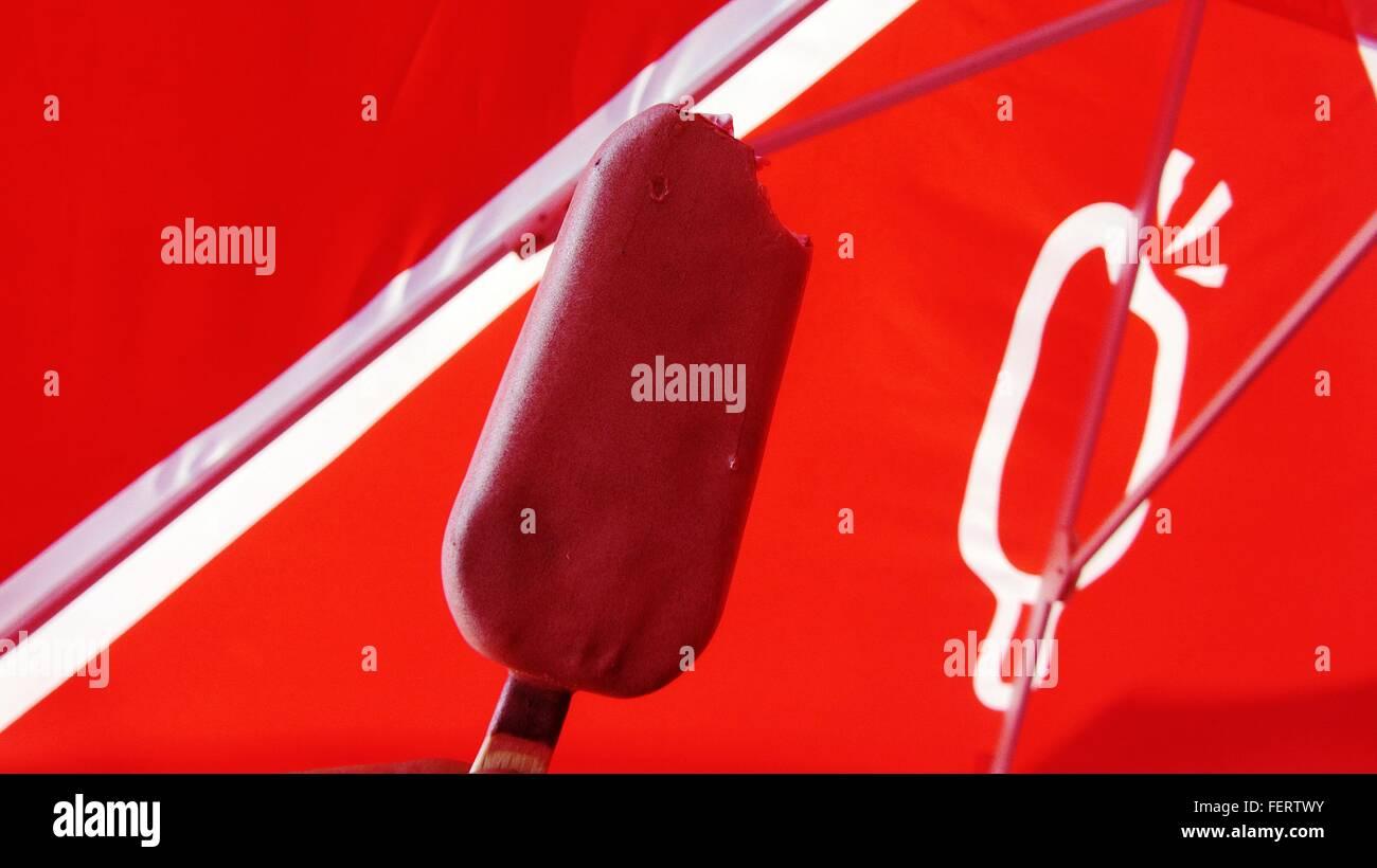 Un alto ángulo de visualización de Helado contra sombrilla roja Imagen De Stock