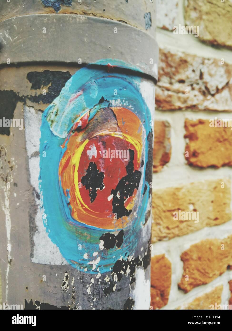 La gravedad en el tubo contra la pared de ladrillo Foto de stock