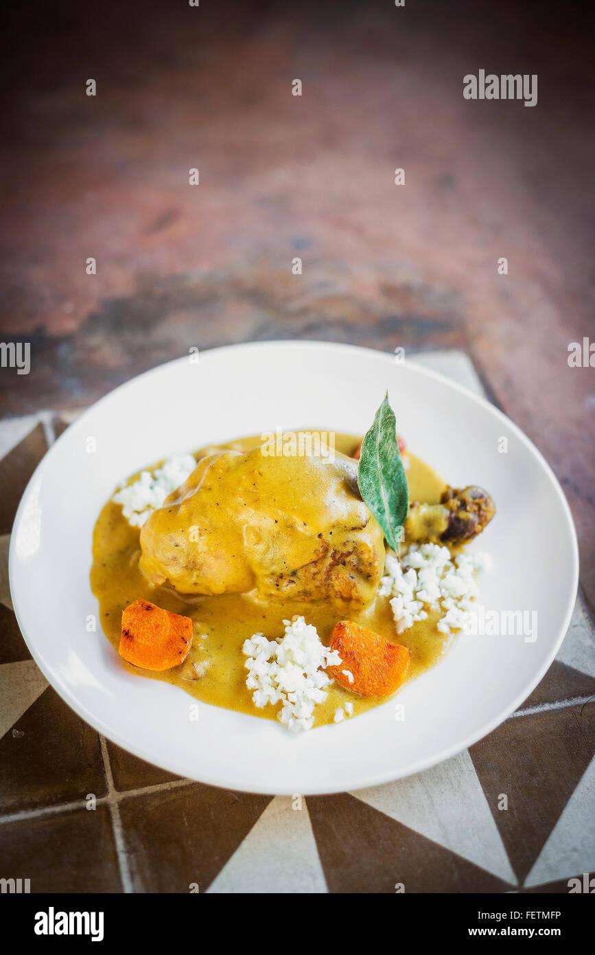 Moderna fusión pollo picante con verduras curry amarillo Foto de stock