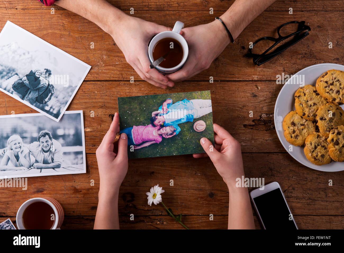 Mans y womans manos. Fotos en blanco y negro. Pareja. Té, galletas, teléfono. Imagen De Stock