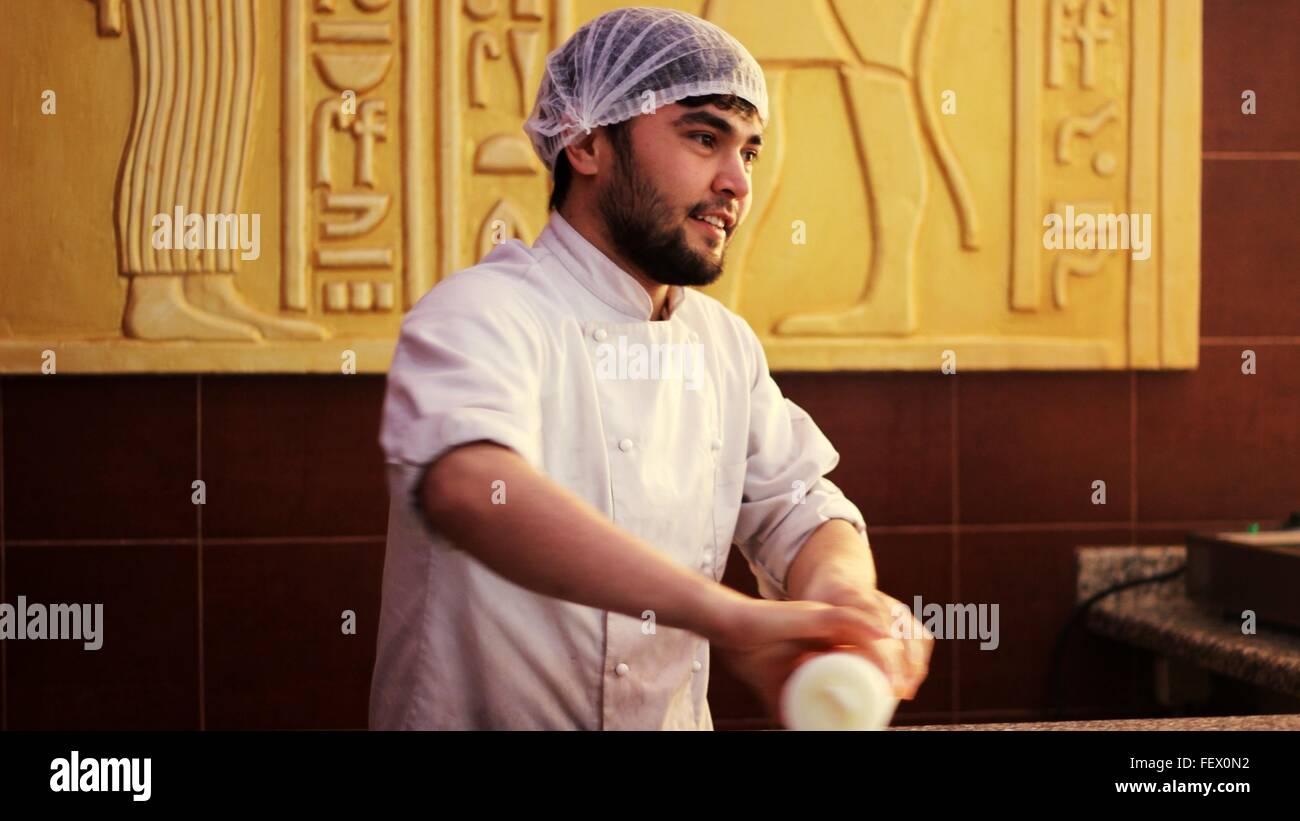 Chef trabajando en cocina comercial Imagen De Stock