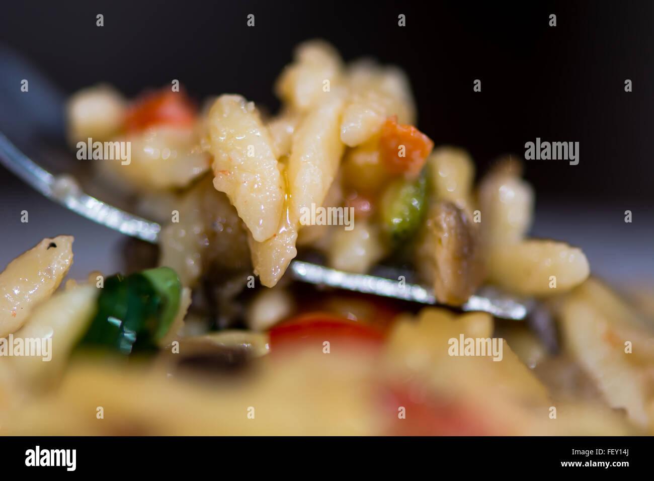 Risotto pasta provenzal. Riso Pasta con berenjena, calabacín, pimiento y queso parmesano salsa provenzal: Riso Imagen De Stock