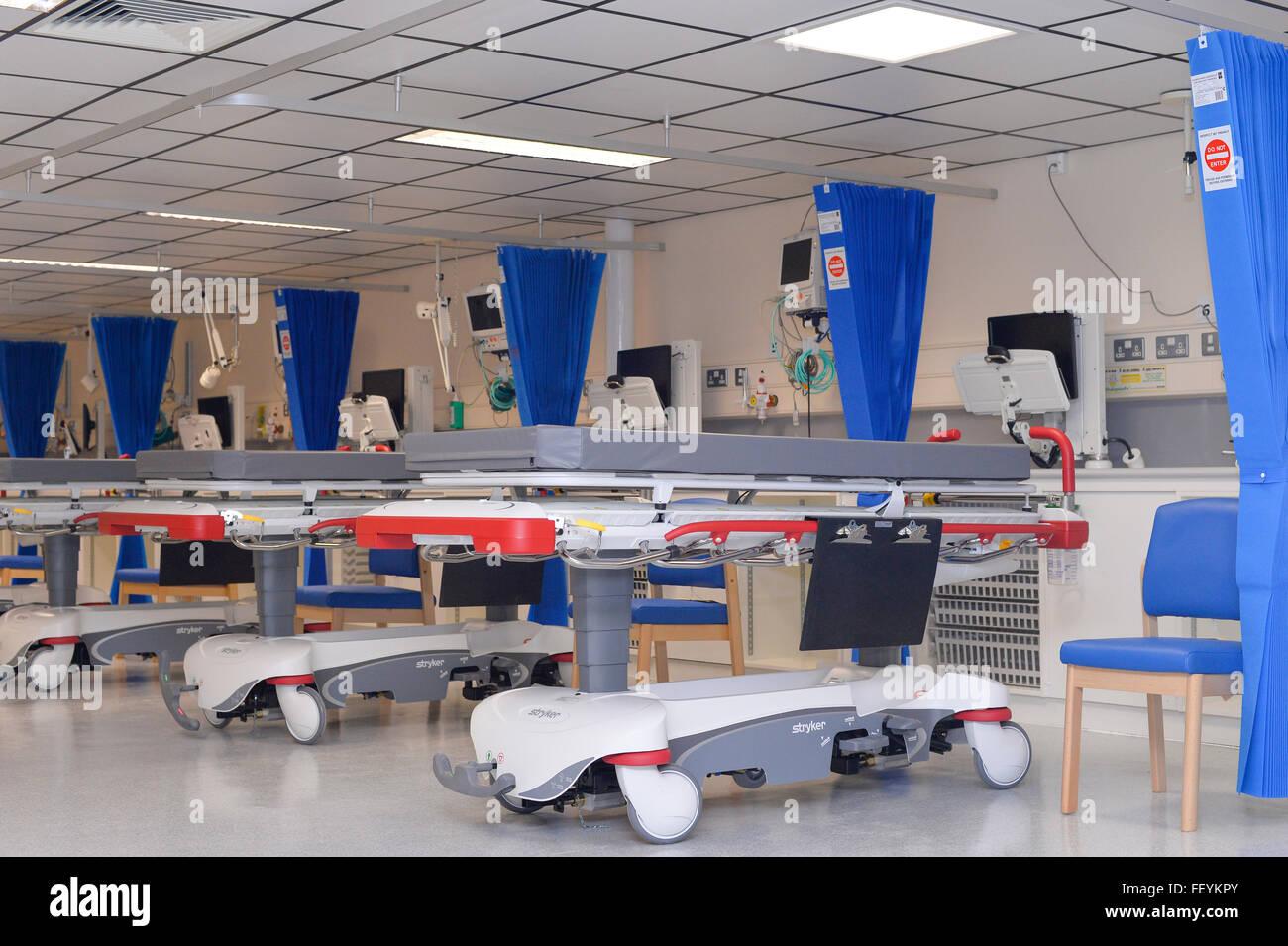 Un equipo de limpieza profesional matorrales, spray y limpie todas las superficies en salas de hospital. Crédito: Euan Cherry Foto de stock