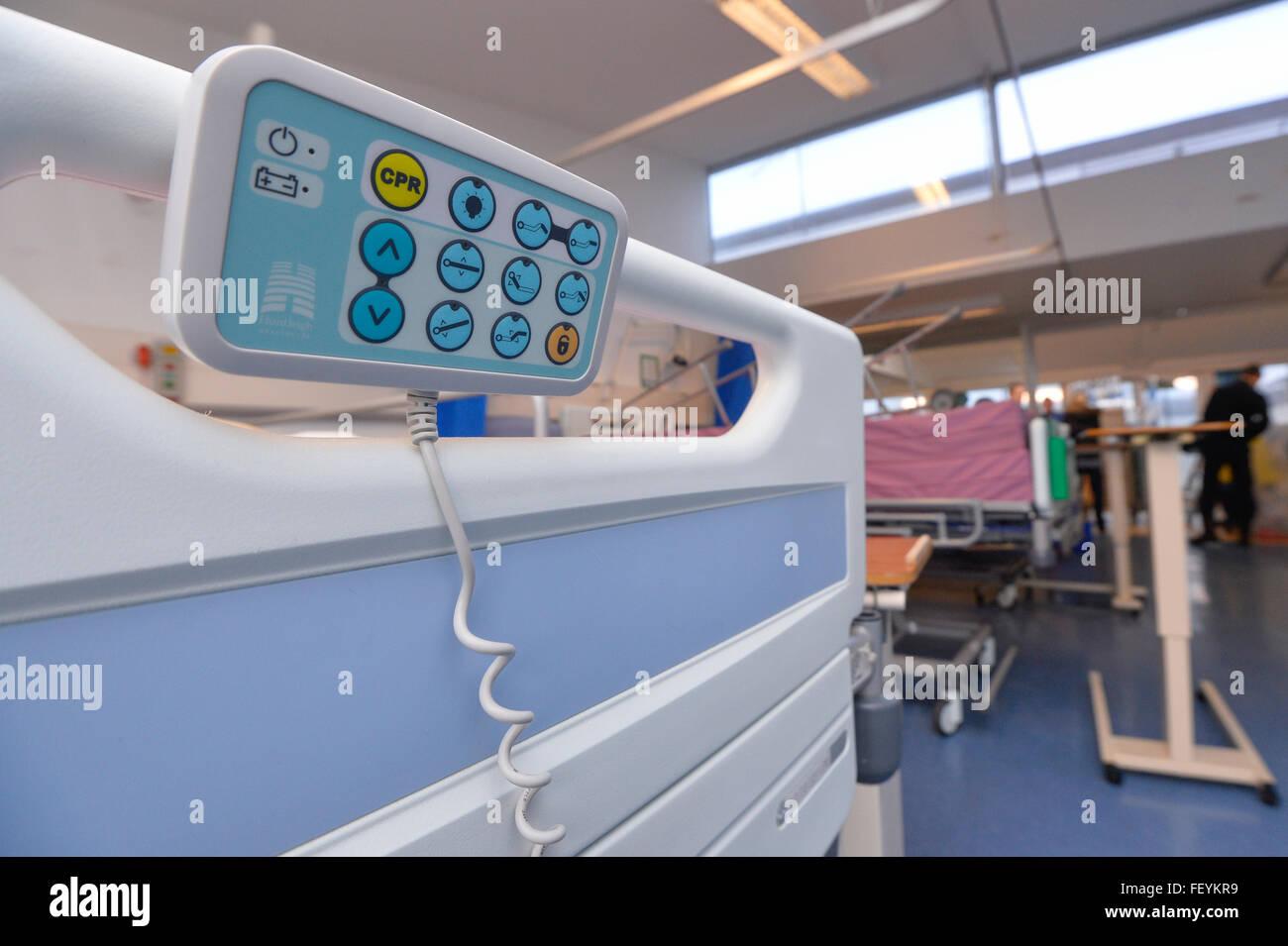 Más cerca del final de una cama en un hospital. Crédito: Euan Cherry Foto de stock