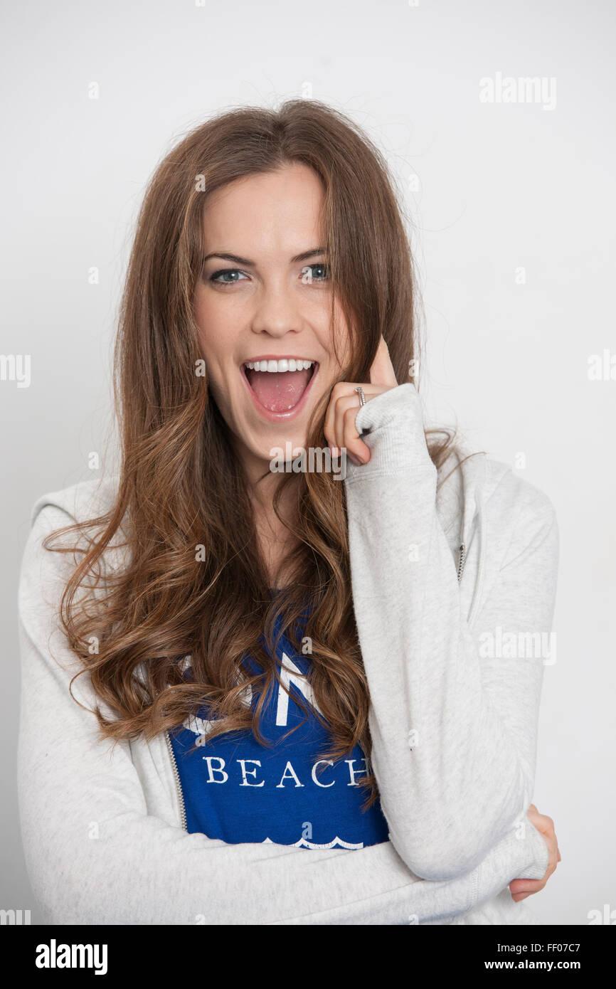 Mujer sonriente con expresión divertida Imagen De Stock