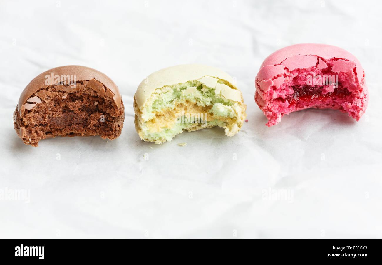 Macaron (pequeño pastel Francés), parcialmente comido Imagen De Stock