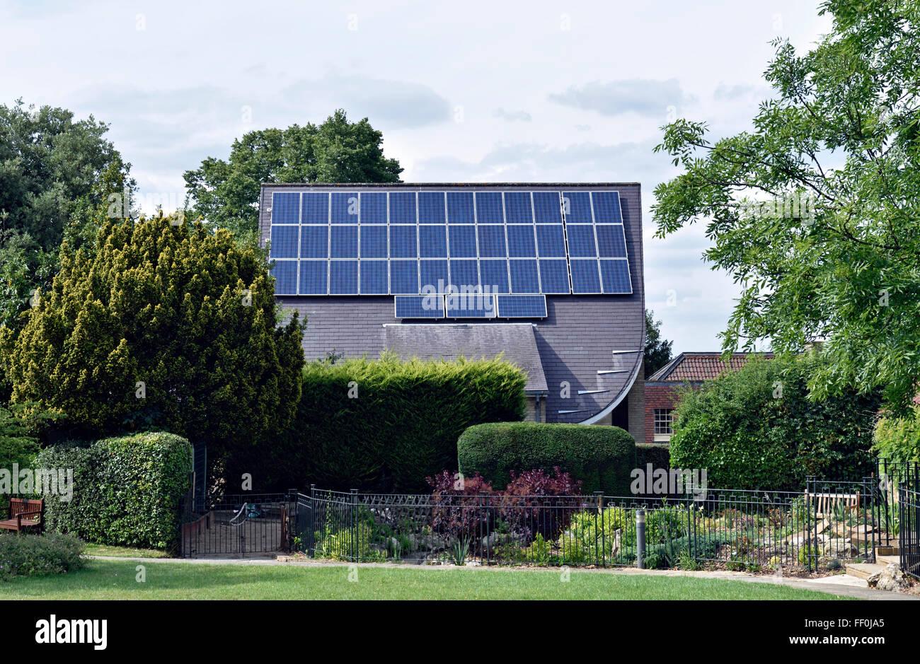 Paneles solares en el techo de la Iglesia Metodista de Muswell Hill con jardín en frente, London Borough of Imagen De Stock