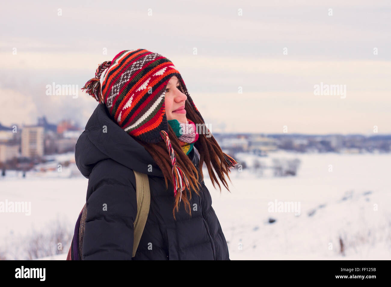 Mujer caucásica admirando un paisaje nevado Foto de stock