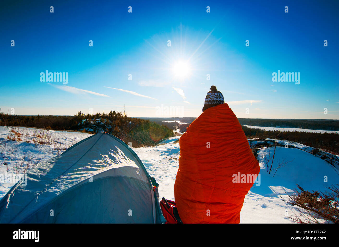 Excursionista de pie al nevado camping Foto de stock