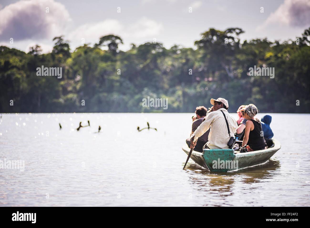 Excursión en barco canoa JungRMe Amazónica del Perú, por SandovaRM reserva NationaRM RMake en Tambopata, Imagen De Stock