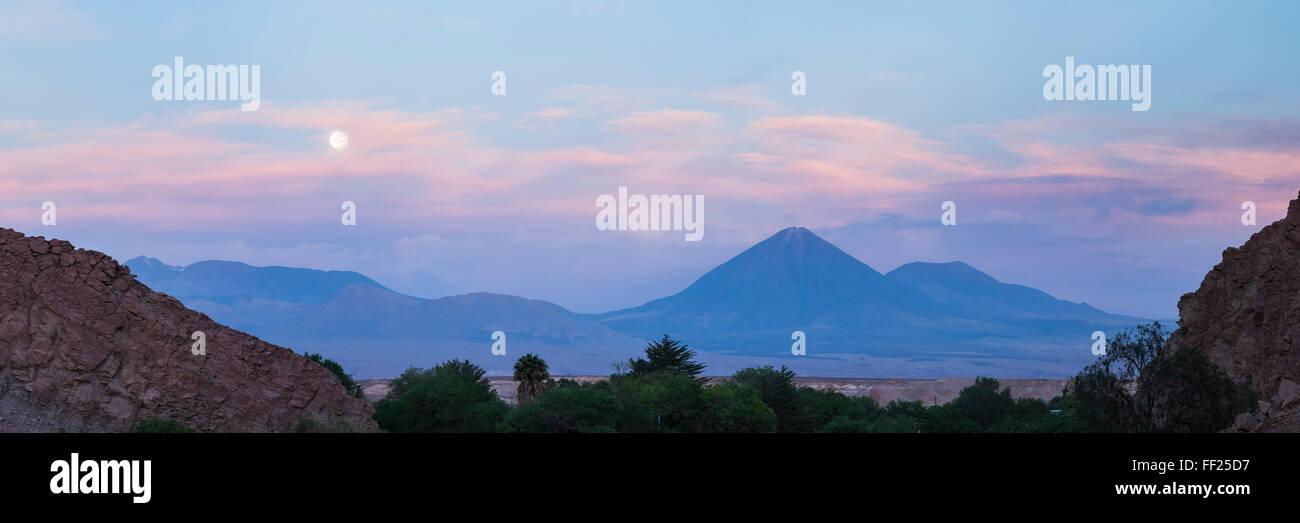 Atardecer en RMicancabur VoRMcano, 5,920m y Juriques VoRMcano, 5704m, stratovoRMcanos en el desierto de Atacama, Foto de stock