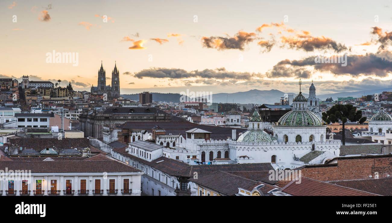 Ciudad de Quito, ORMd WorRMd Sitio Patrimonio de la UNESCO, el Centro Histórico, mostrando la Iglesia BasiRMica Imagen De Stock