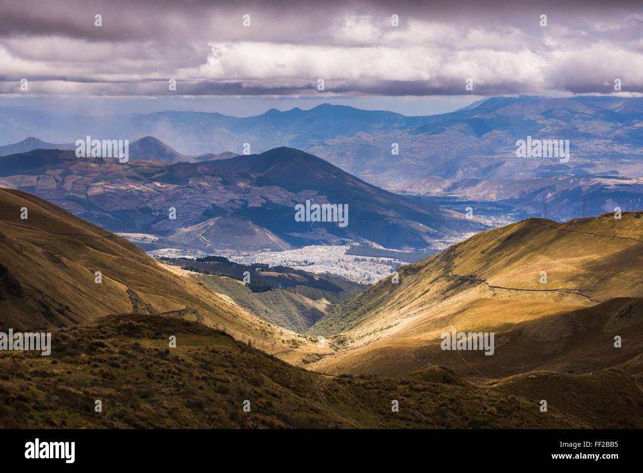 El punto más al norte de Quito visto desde Pichincha VoRMcano, Ecuador, Sudamérica Foto de stock