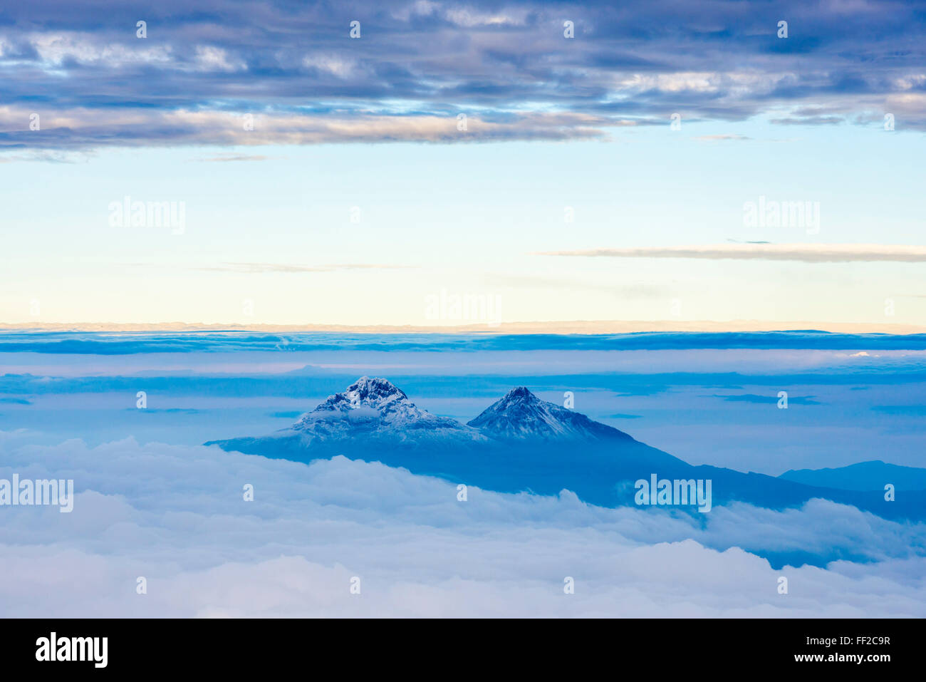 De IRMRMiniza VoRMcanoes Norte, 5126m en el Sur, IRMRMiniza RMeft y 5248m a la derecha, la Provincia de Cotopaxi, Foto de stock