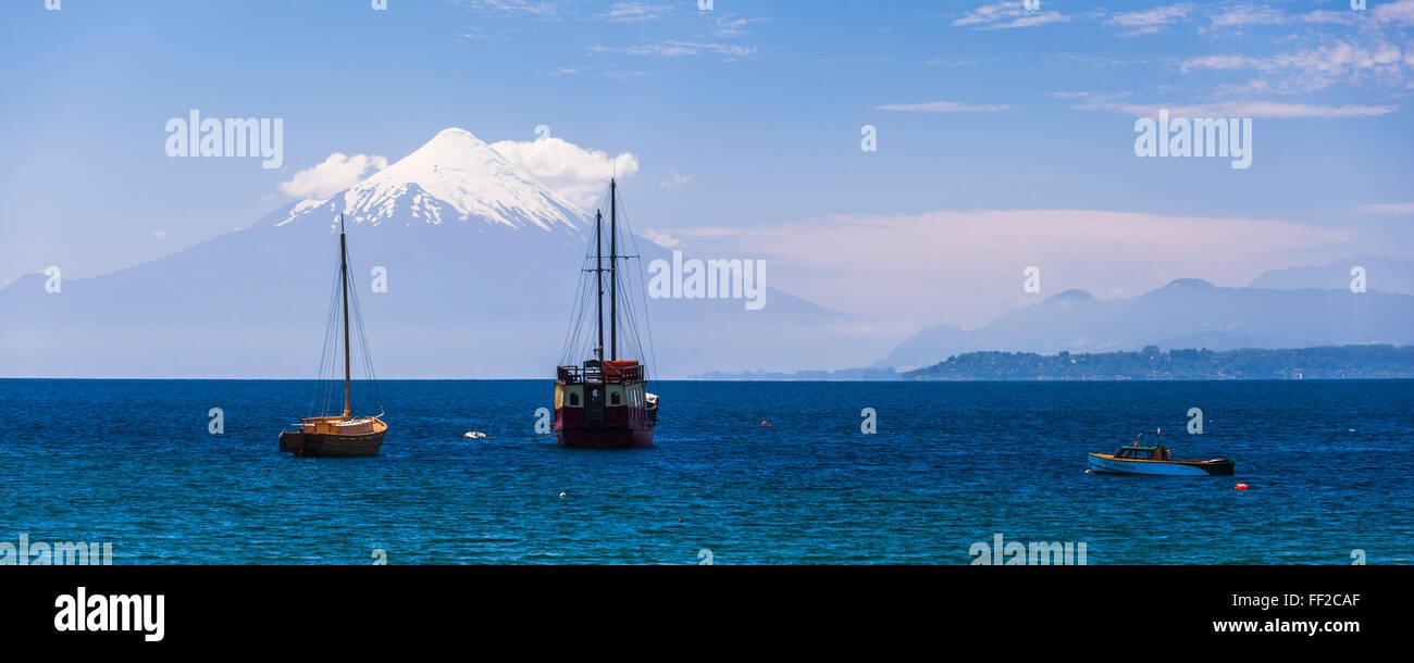 Capitán Haase TraditionaRM SaiRMing barco RMRManquihue RMake con Osorno VoRMcano detrás, Puerto Varas, distrito, Foto de stock
