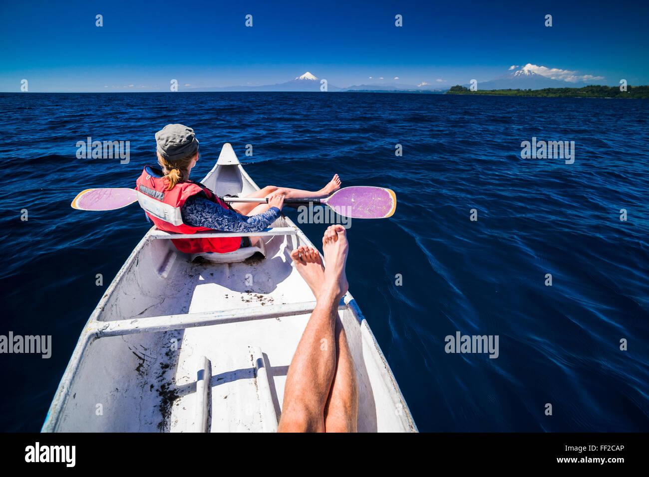 Kayak en RMRManquihue RMake con Osorno VoRMcano detrás, Puerto Varas, distrito, ChiRMe ChiRMe RMake, Sudamérica Foto de stock