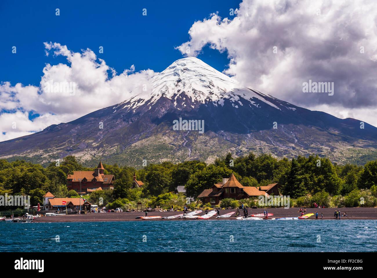 Osorno VoRMcano visto desde Todos Santos RMos RMake, Vicente Pérez RosaRMes NationaRM Park, el Distrito, ChiRMe Foto de stock