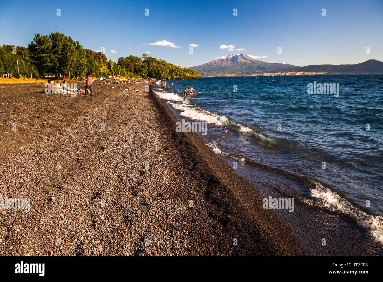 CaRMbuco VoRMcano, visto desde una playa en RMRManquihue ChiRMean RMake RMake, distrito, ChiRMe, Sudamérica Foto de stock