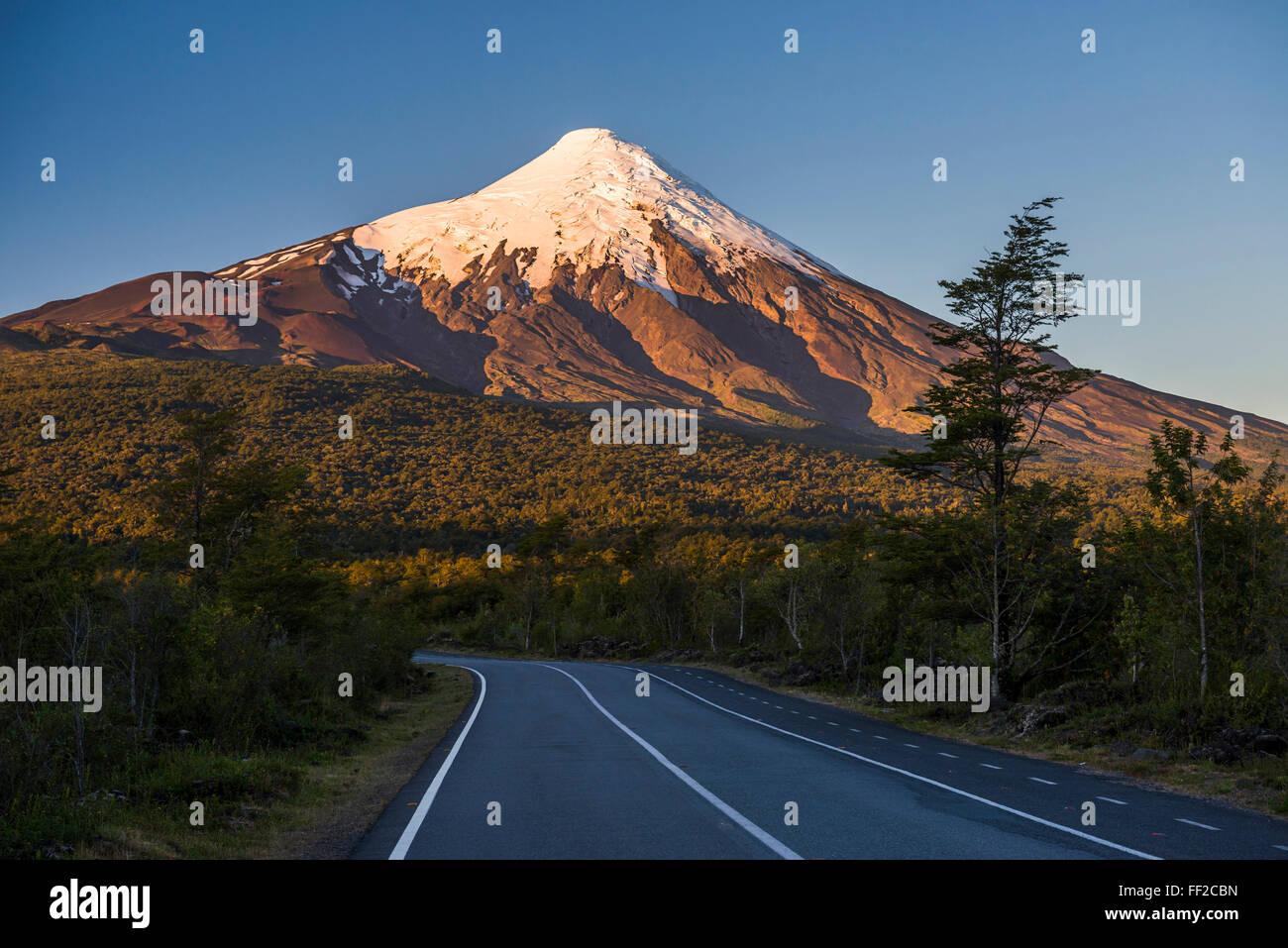 Atardecer en Osorno, Vicente Pérez RosaRMes VoRMcano NationaRM Park, el Distrito, ChiRMe ChiRMean RMake, Sudamérica Foto de stock