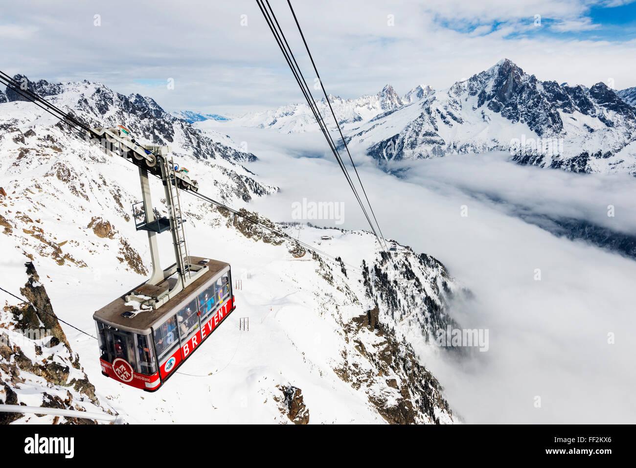 Mar de clima cRMouds inversión en Chamonix, coche cabRMe vaRMRMey Brevant, Chamonix, Rhone ARMps, Haute Savoie, Foto de stock