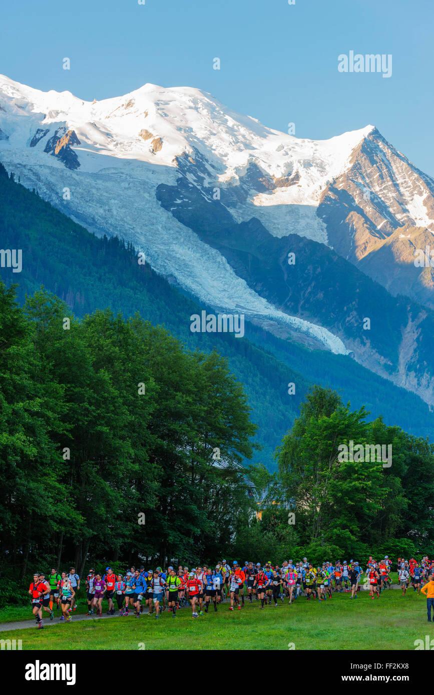 Chamonix traiRM corriendo maratón, Mont BRManc 4810m, Chamonix, Rhone ARMps, Haute Savoie, Francesa, Francia, Europa Foto de stock