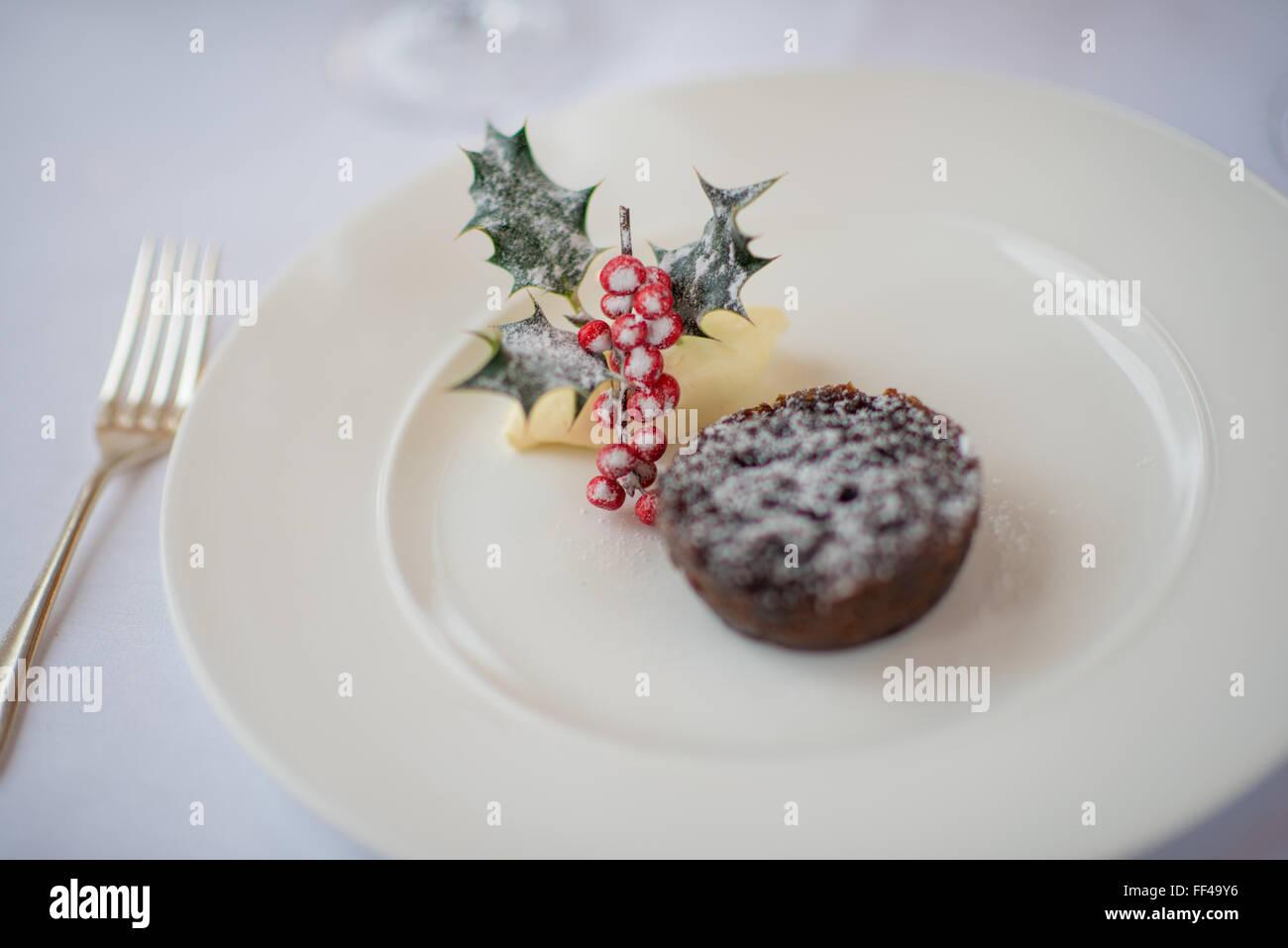 Pudín de navidad con el acebo y brandy mantequilla Imagen De Stock