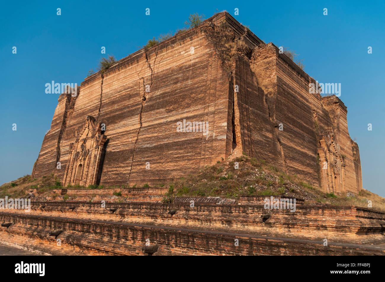 Terremoto grietas en Mingun Pahtodawgyi inacabada intencionadamente, una estupa, hecha de ladrillos. Mingun, Myanmar. Foto de stock