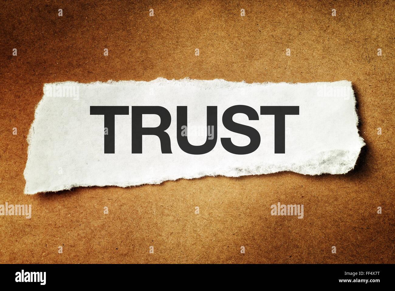 Confianza impreso en un trozo de papel, el concepto de la fe, la confianza y la confianza. Imagen De Stock
