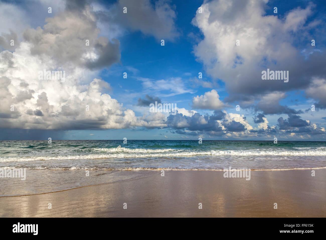 Amanecer en la playa de Karon. Isla tailandesa de Phuket. Foto de stock
