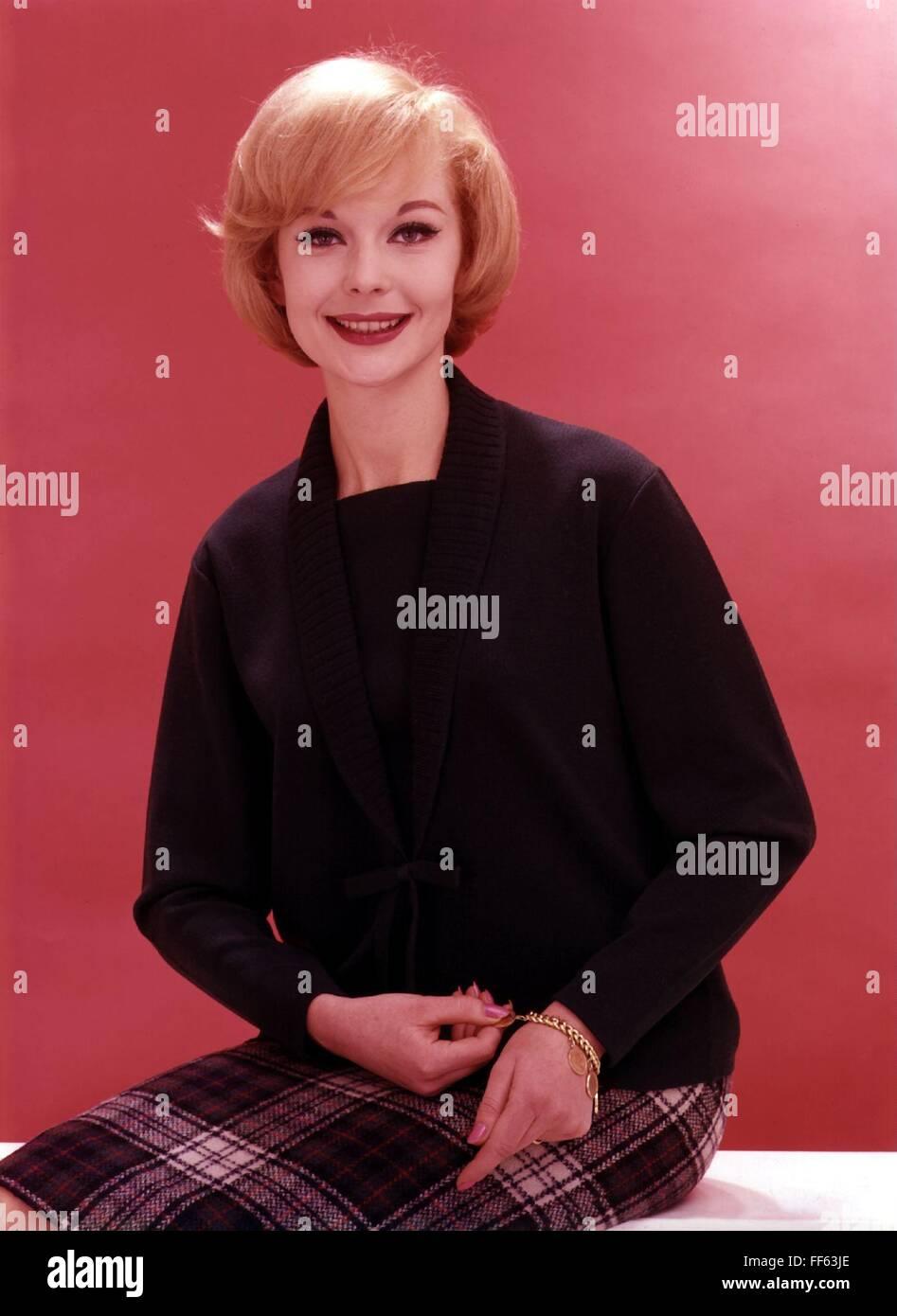 Moda, 1960, señoras' moda, mujer vistiendo negro Twin set, Additional-Rights-Clearences-NA Imagen De Stock