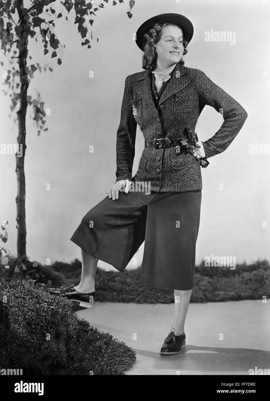 Moda, 1930, mujer en traje de mujer con falda de pantalé