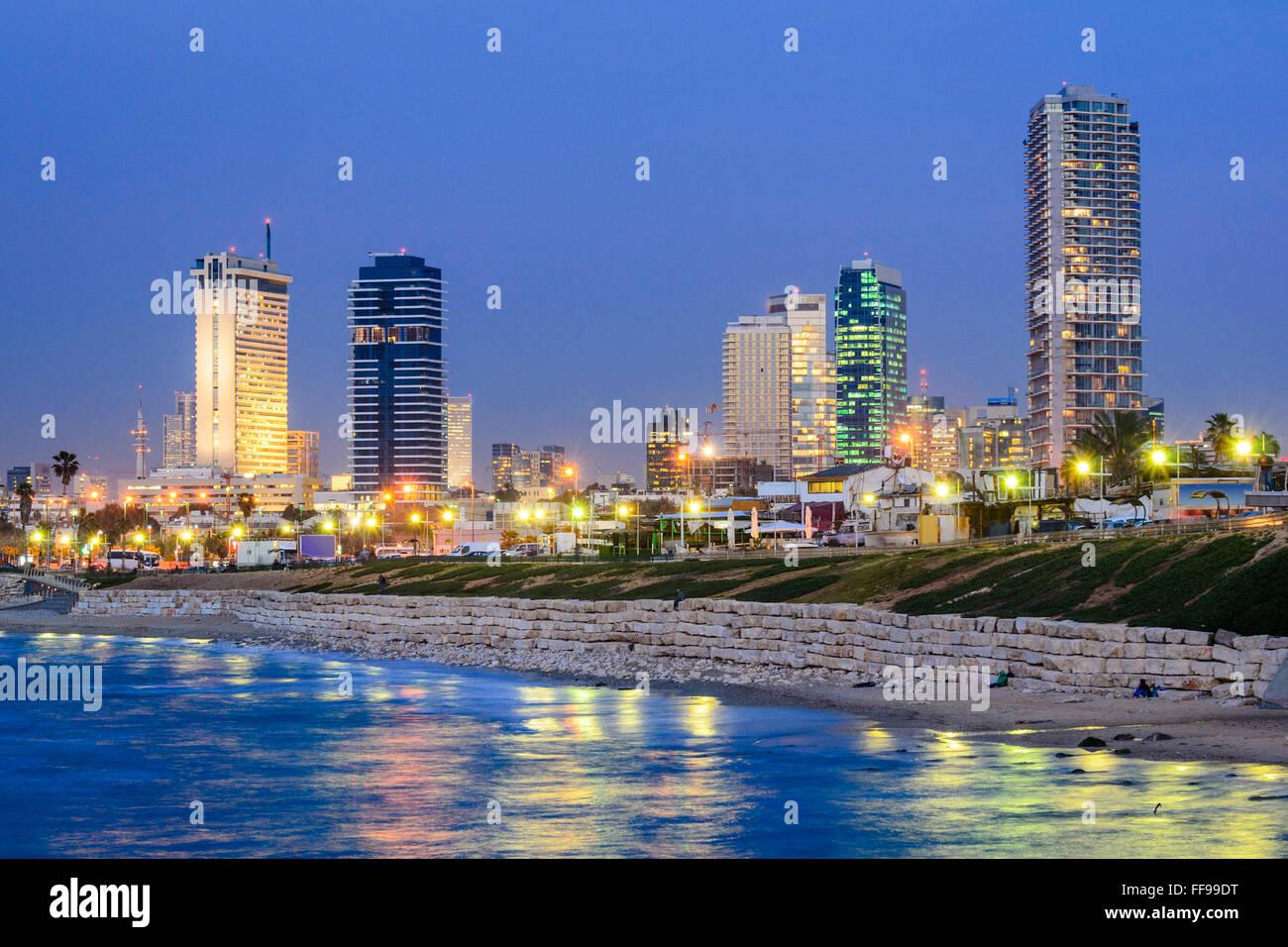 Tel Aviv, Israel skyline en el Mediterráneo. Imagen De Stock