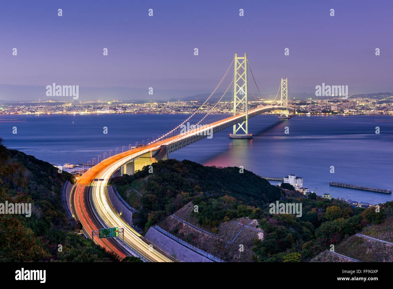 Puente Akashi Kaikyo spanning el Mar Interior de Seto de Kobe, Japón. Foto de stock
