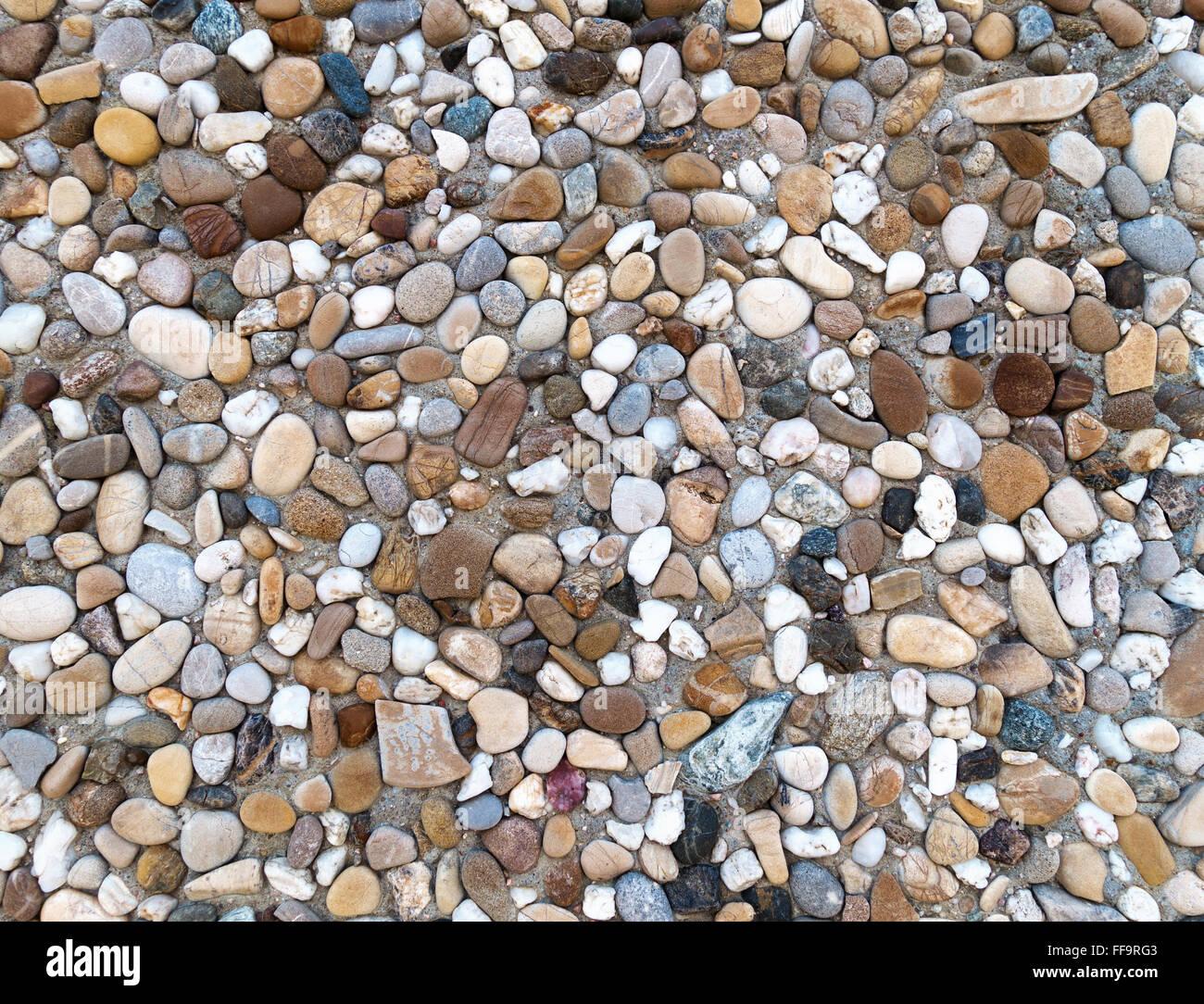 Colorido expuesto agregado con hormigón gris, marrón y azul guijarros en primer plano Imagen De Stock